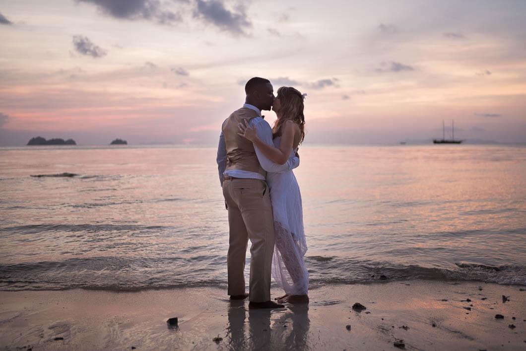 un couple qui s'embrasse sur une plage de Thailande