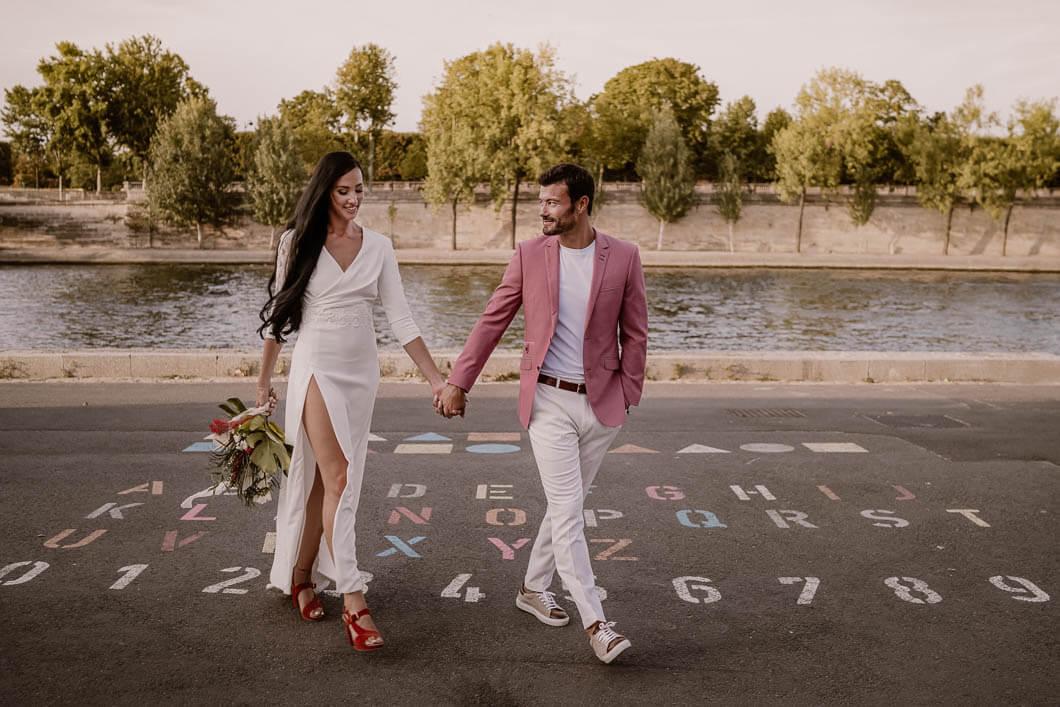 un couple qui vient de se marrier à Paris